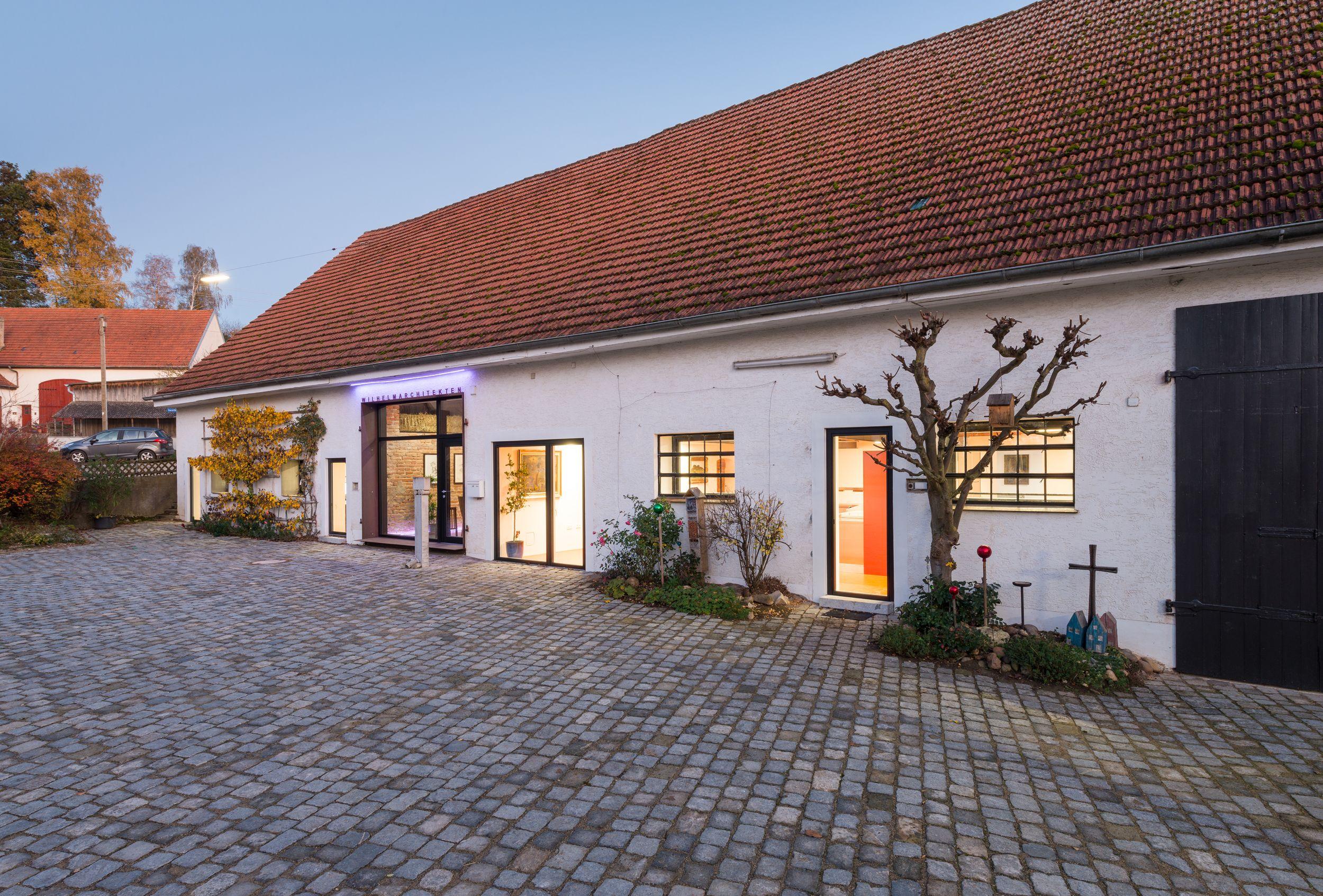 Gemüsekeller + Wohnhaus + Dämmerung Bürogebäude
